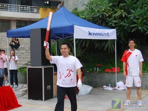 华南农业大学罗军老师第一棒拿到奥运火炬-精彩不容错过 奥运火炬华图片