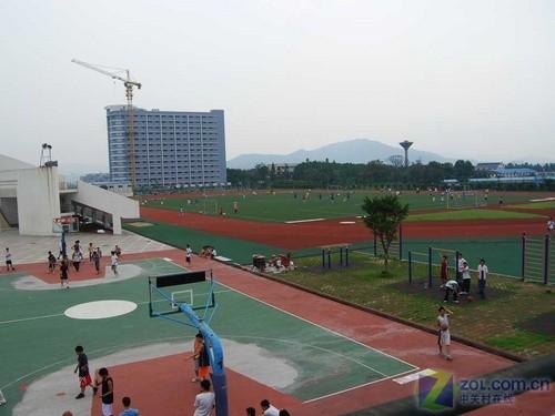 华南农业大学体育场-传爱心传火炬 联想奥运校园行走进华农图片