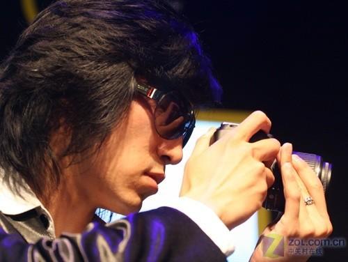 帅哥模特更是在展台上把玩起了尼康的单反相机
