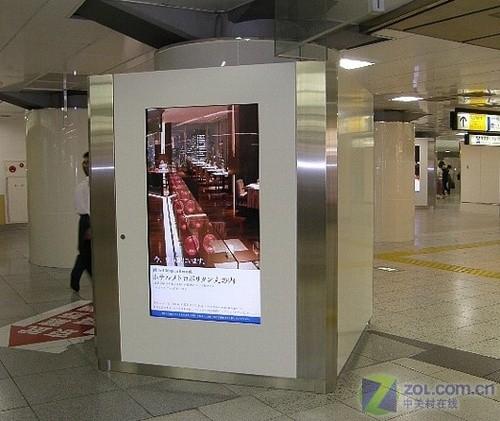 它们大多数安装在地铁,飞机场以及其它公共场所,用来播放广告或者是