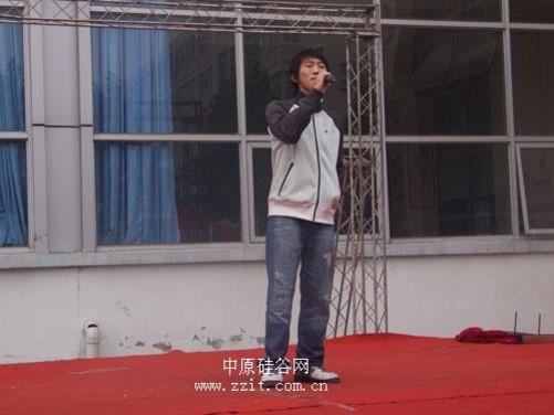 蒋万勋,一位校园原创歌手,才华横溢的在海选上表演自己原创的校园民谣
