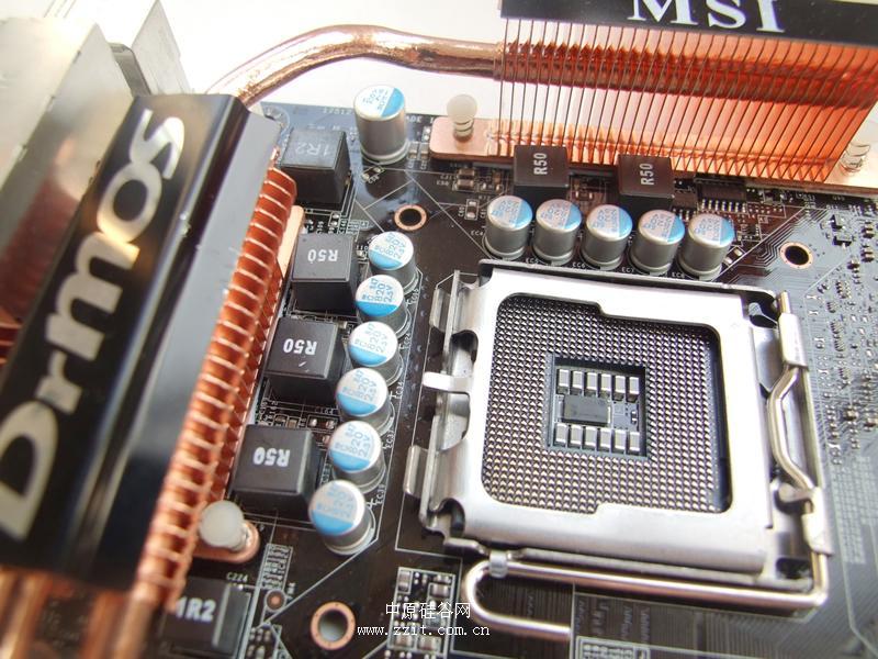 微星 P45 Platinum   微星 P45 Platinum采用了五相回路供电设计,在每相电路中采用一个R50的密封式电感原件作为扼流,在供电末端的滤波级上,采用的是全部高品质的日化固态电容。模拟式CPU电源回路能够动态调整3、4、5段相位的电源供应。值得一提的是该板引入了DrMOS技术,能够在主板高负荷运行时达到更高的用电效率、减少能源浪费,进而达到省电的效果。而透过DrMOS的超低电源反应时间和低阻抗特性,该板可以轻松应付狂热玩家对高端主板更严苛的超频工作,大幅提升整体效能。