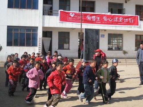 工作者组成的支教志愿者团队进驻位于秦安县千户乡千户村的希望小学