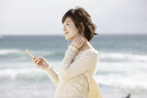 尼化身白衣天使 代言中国手机品牌_步步高手