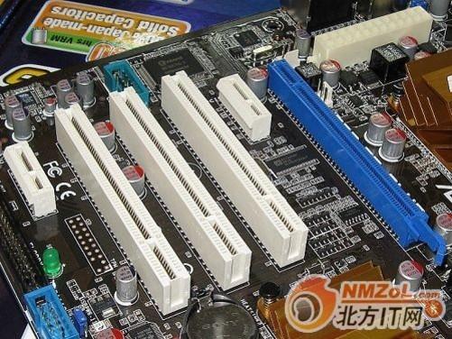 华硕P5Q SE Plus主板 华硕P5Q SE Plus主板接口部分,提供了6个USB2.0接口,PS/2接口,网络部分提供了千兆网络接口,8声道音效输出接口。 编辑点评: 华硕的P5Q系列已经可以称为大家族了,但华硕这款P5Q SE Plus没有支持组建多磁盘RAID模式,在P5Q主板中有些遗憾,但对于普通用户来说,这款主板可以完全满足用户的需要。 华硕P5Q SE Plus主板 参考价格:949元 推荐商家:内蒙古紫金山科技有限责任公司 联系地址:呼和浩特市中山路诚信数码广场三层3001号 联系电