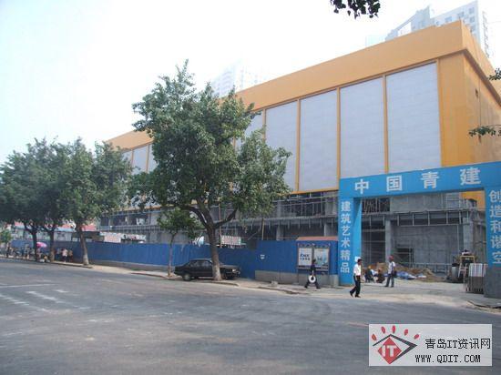 通过泰山路特色烧烤街看百脑汇青岛店卖场.