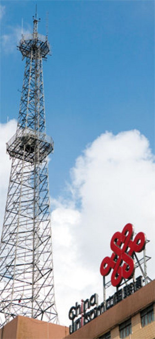 家住海淀西郊的一对老夫妇,眼瞅着对面小楼顶上架起了一个通信基站.