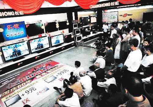 民眾在賣場電視機銷售柜臺前觀看閱兵式