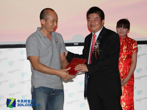 华旗爱国者总裁冯军先生给摄影大赛获奖者颁奖