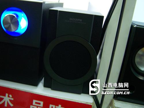 甲盾m603音箱卫星箱正面为喷砂亚黑面板以及一个圆形边框,内部是一