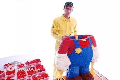 用积木制作世界最大马里奥雕塑