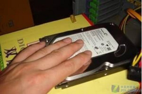 ceMO8RIYVwRc6 - 打破常规 牛人用罕见设备测希捷硬盘