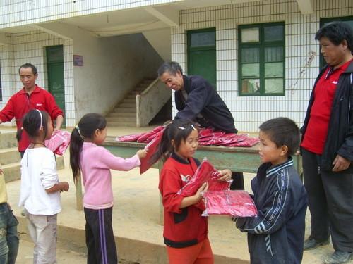 第二批扶贫物资已到包家小学