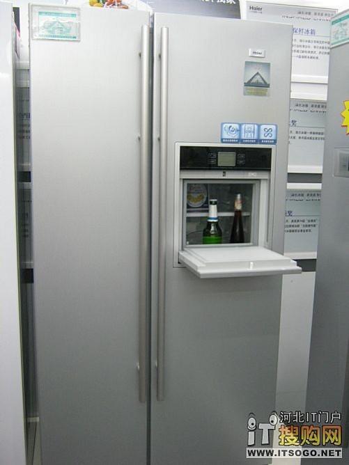 海尔bcd-551wsy电冰箱平面的面板设计清洁方便,银色的面板,高贵典雅.
