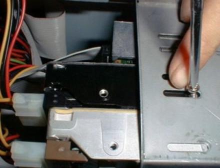 双硬盘安装中的硬盘连接方法与单硬盘完全一样,即正确连接电源线,数据