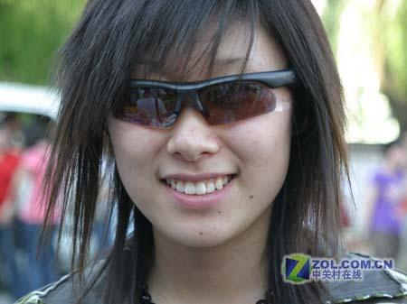一位漂亮MM戴上了aigo音乐眼镜,帅乎想象