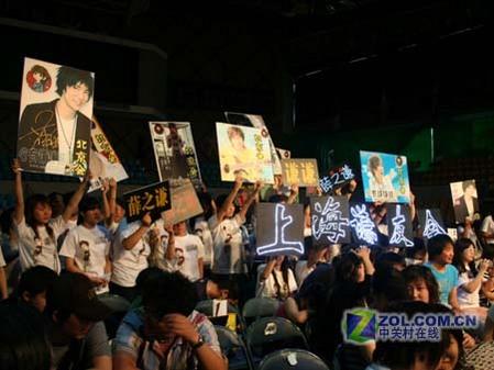 入场后,热情的粉丝对自己的偶像给予了最热烈的支持