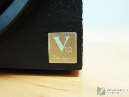 图为低音炮音箱上V12标志