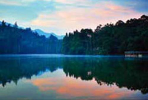 而风景照片采用对称构图,是为了尽量凸显一种静谧的安静感.