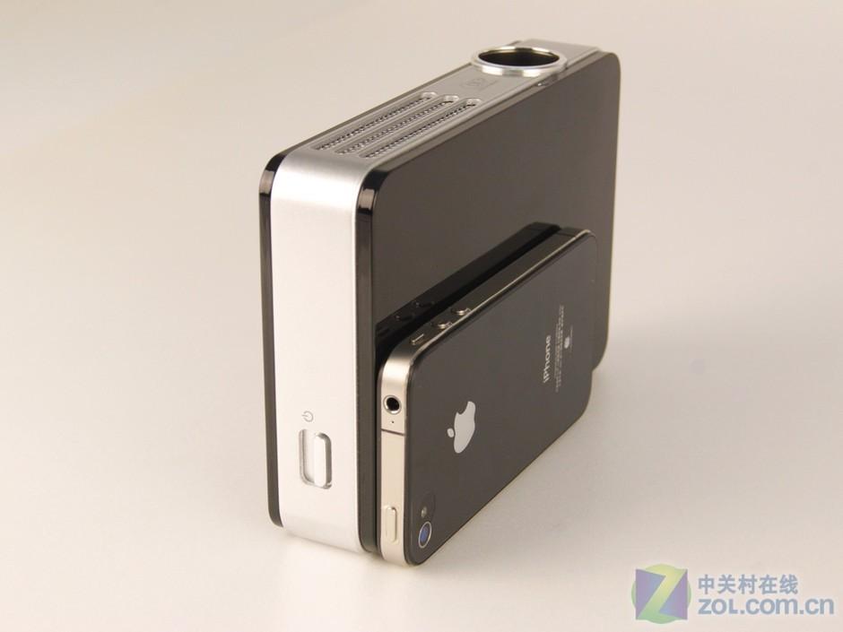 黑色qumi投影机与iphone4侧面