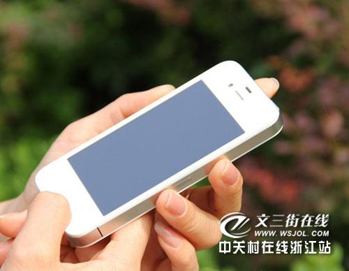 蘋果4和電腦連接,此時在itunes主界面會顯示iphone 4的顏色).