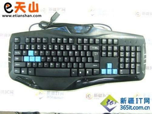 e-3lue宜博 眼镜蛇专业游戏键盘以幽静的蓝色为主题,采用了标准的