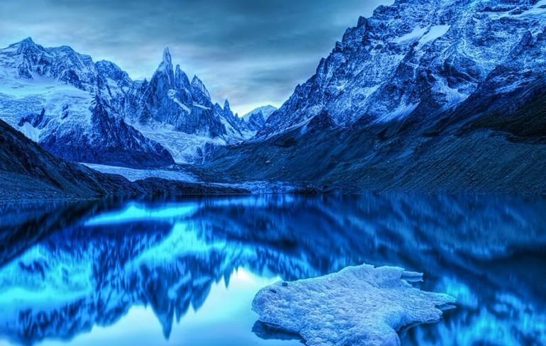 阿根廷,冰川倒映在蓝色的水面,构成震撼的风光大片.