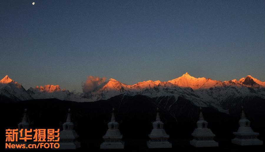 梅里雪山中,平均海拔在6000米以上的有10多座,主要位于滇藏交界处的云