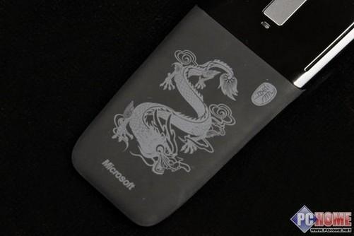 经本土设计师之手重新设计,微软arc touch龙年限量版鼠标背部的龙形