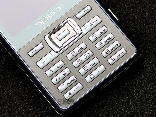 手机征集试用  点击进入   3.名片识别   名片是商务交际中必不可少的玩意儿,手机如果有了名片识别功能那就用不着交换那么多纸片,也不会有把一沓名片看成扑克的幻觉。  OPPO F29商务手机名片识别功能   名片识别对摄像头的素质有一定要求,自动对焦是最基本的。OPPO F29具备200万像素自动对焦,配合手机内置的程序,可以完成名片识别的基本操作。  OPPO F29商务手机名片识别功能   然而笔者在实际使用中发现,F29的名片识别精度还无法令人欢呼雀跃,一些文字不是很清晰的名片识别起来尤其吃力。