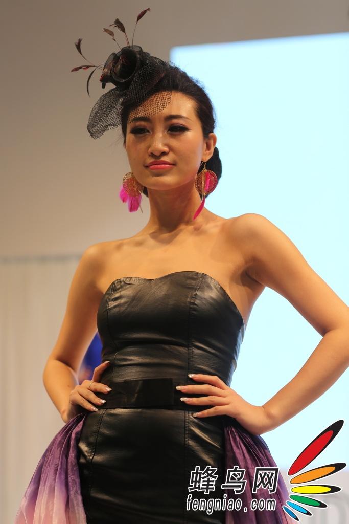 p&e2012:尼康展台模特秀 展示尼康单反 组图