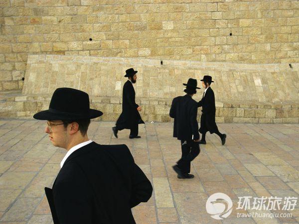 哭墙是耶路撒冷最神圣的地方之一,图为东正犹太人在急匆匆...