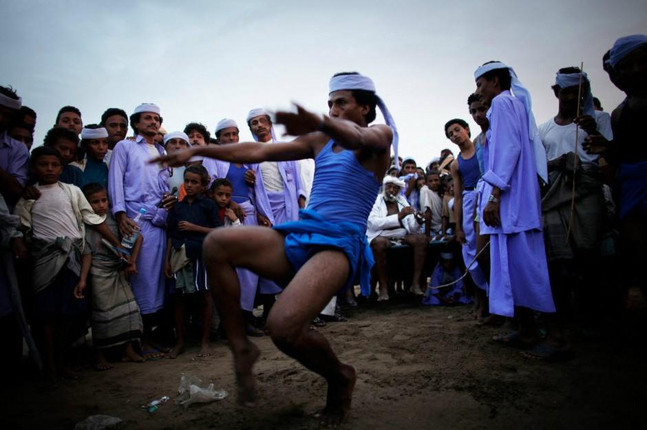 跳骆驼流行于也门特哈马(Tehama)地区,这里是Zaranique部落聚集区。每到节日或是举行竞技比赛时,当地人不仅载歌载舞,还会以跳骆驼表示庆祝。   2009年,Ed Ou在也门学习阿拉伯语和摄影是第一次听说跳骆驼。他以为自己听错了,但在特哈马的Beital-Faqih村,他见到了这一有趣的庆祝方式。骆驼并排站立,参加跳骆驼的村民们一个接一个助跑、越过一人高的骆驼。但这两年也门不断发生骚乱,局势混乱,人们鲜少庆祝节日,因此,也很少有跳骆驼表演。   也门是阿拉伯世界最贫困国家,特哈马是