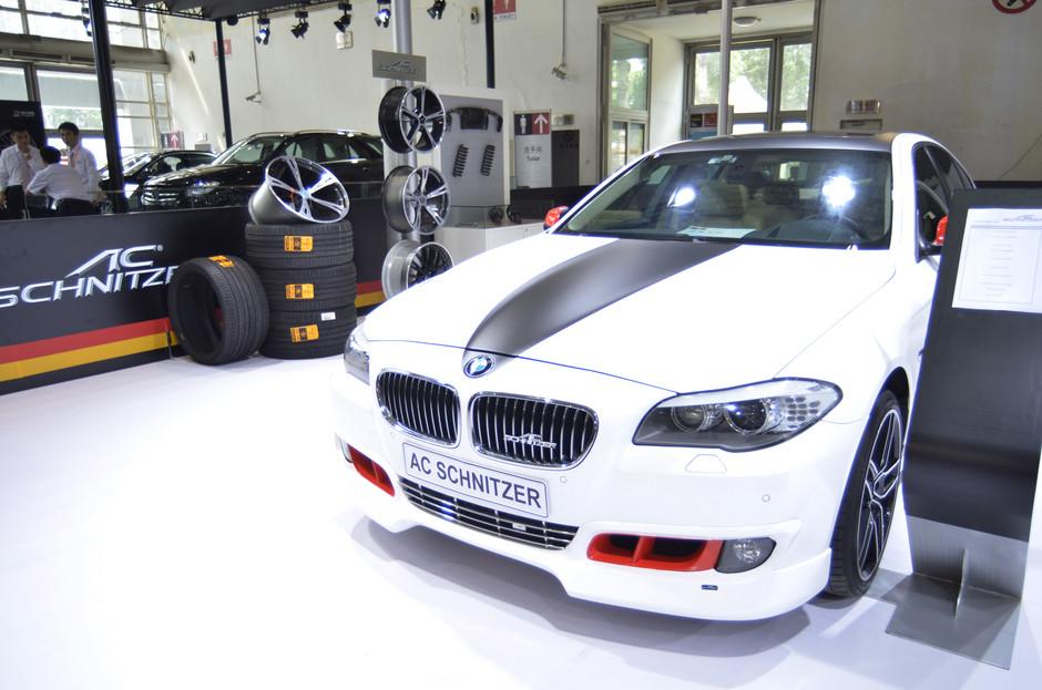 在德国,像AC Schnitzer这样的改装厂商,不同于Hamann等为多家顶级品牌提供改装厂商,因为AC Schnitzer只为BMW独家提供全线的改装服务,并且已经为BMW服务了几十年。AC Schnitzer有着雄厚的技术实力和精湛的制作工艺,并严格遵循着厂方的品质精神。   在全球,AC Schnitzer以其无可挑剔的市场表现,成为现代高品质生活的象征。她为众多追求独特品味的精英人士提供了BMW全系高性能整车、运动套件和零部件的产品,以及性能调教和售后维修的全方位服务