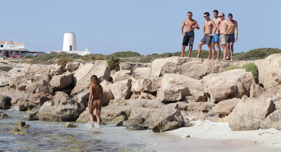意大利女星Rosy海滩度假 丁字裤裸泳-意大利女