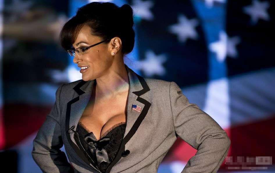 美国色情片女星丽莎安因为模仿共和党2008年