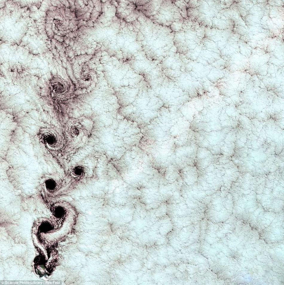 智利上空的冯卡门漩涡状云