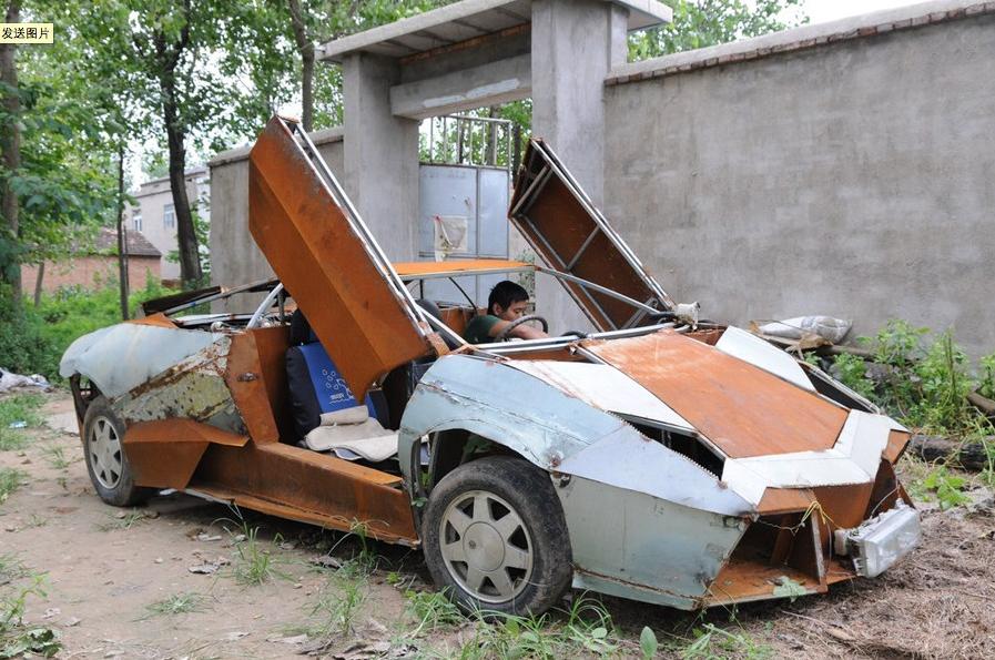 车子的发动机,用的是普桑的发动机,油箱从废品收购站买来,方向盘来自