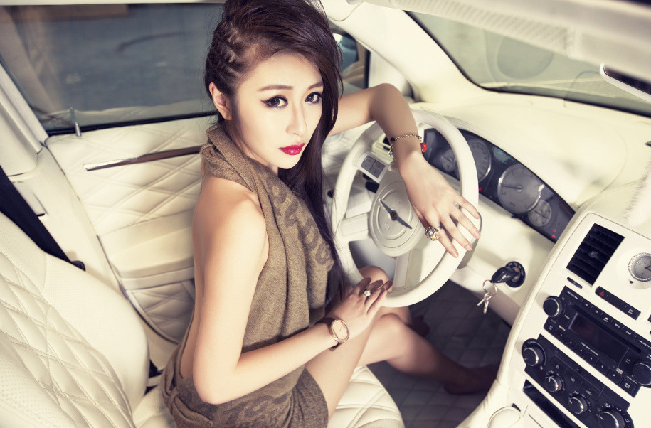 奢华名车搭配高贵气质美女 全镶钻版300C 奢华名