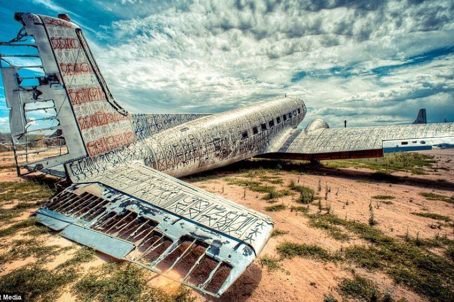 美举办飞机涂鸦展 废弃军用飞机成艺术品 组图