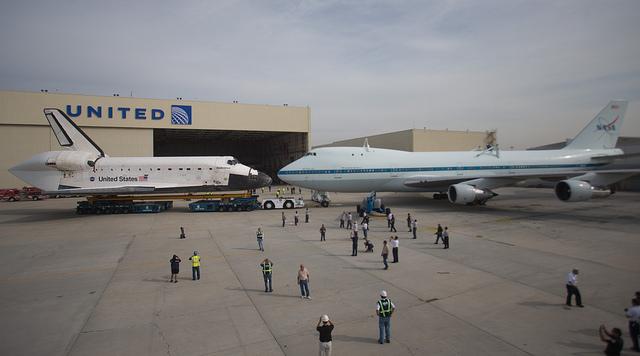 航天飞机与运输机对望.-洛杉矶街头巡礼