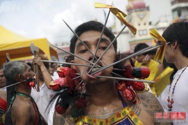 实拍震撼诡异的泰国普吉岛素食节 组图